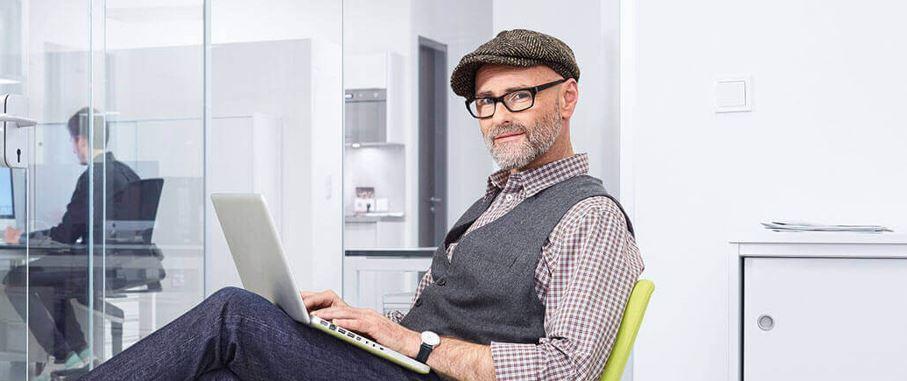 NFON Telefonanlage, Mann mit Laptop